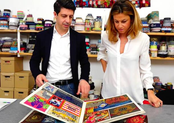 Siamo nel 1999, al telefono con Marco delle Canonica è Gianfranco Ferré. Il ricordo di quella telefonata è raccontato oggi con orgoglio dai figli del patron di questa azienda che da più di 30 anni produce etichette tessute, miscelando sapienza e doti artistiche fuori dal comune.